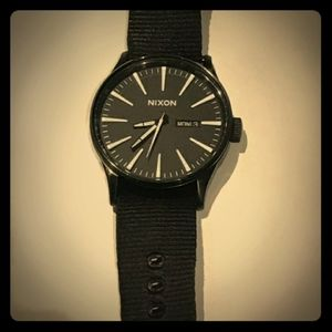 NWOT Nixon Sentry 41 black with black NATO